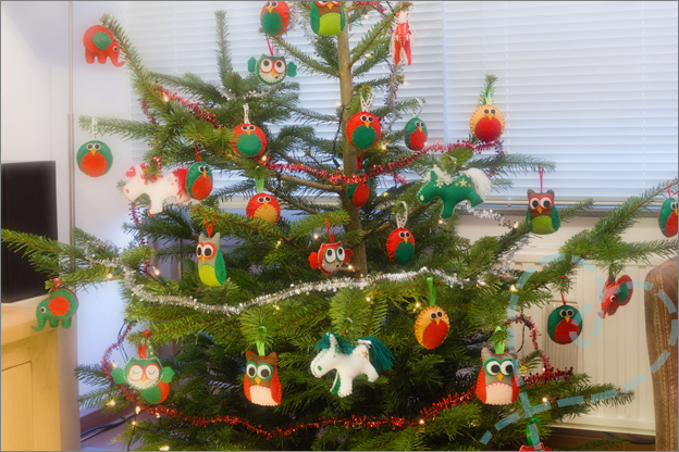 sfeerfoto kerstboom met viltenfiguren