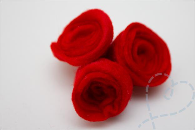 3 roosjes aan elkaar van vilt