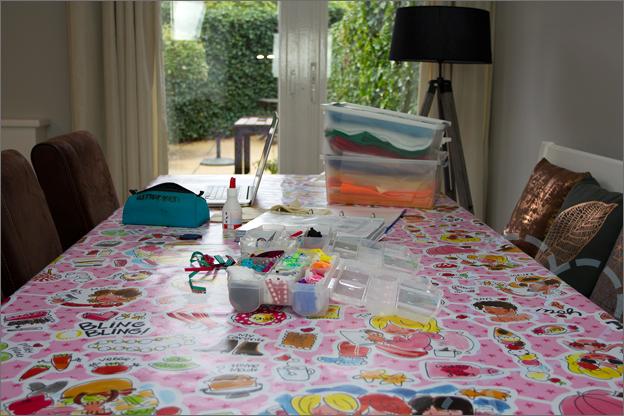 tafel met knutselspullen