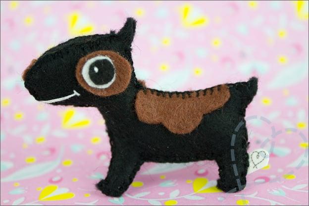 hond van vilt zwart bruin