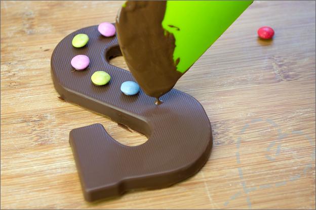 Versieren chocoladeletter