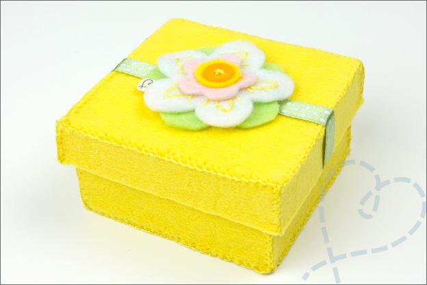 Sieradendoosje geel met vilten bloem
