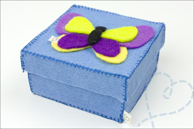 cadeaudoosje met vilten vlinder blauw