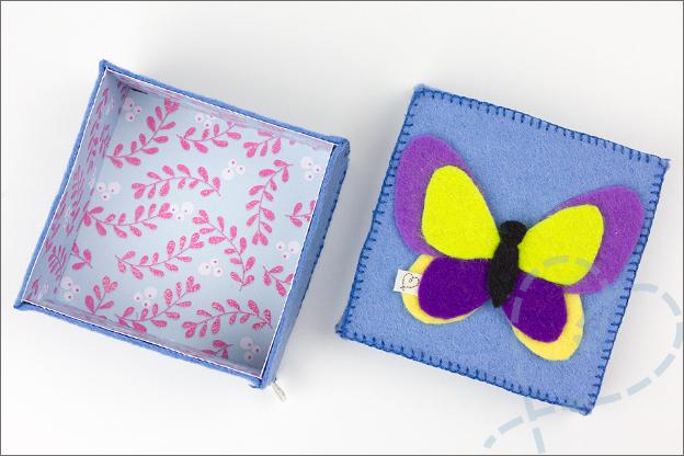 Doosje met vlinder van vilt blauw