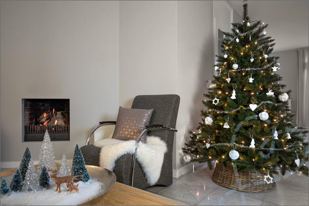 kerstboom met witte kerstversiering