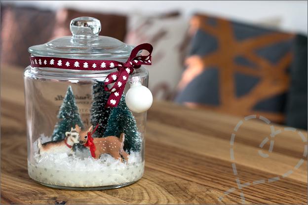 kersttafereel in pot hert nep kerstboom sneeuw lint