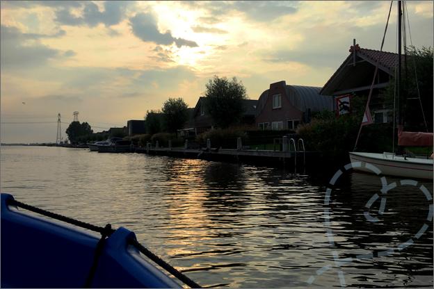 Vakantie Friesland Bootje varen zonsondergang