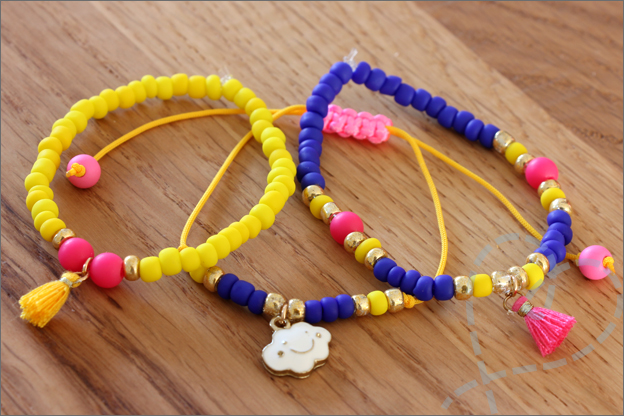 Sieraden maken zomerse armbanden uitleg kwastjes bedeltjes