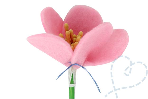 Bloemen van vilt vast maken stengel